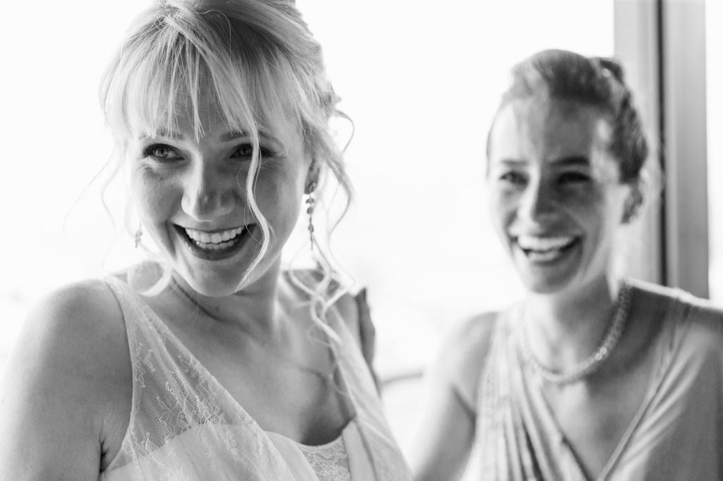La sposa Tatiana sorride allegramente sotto la lente del fotografo Alessandro Della Savia