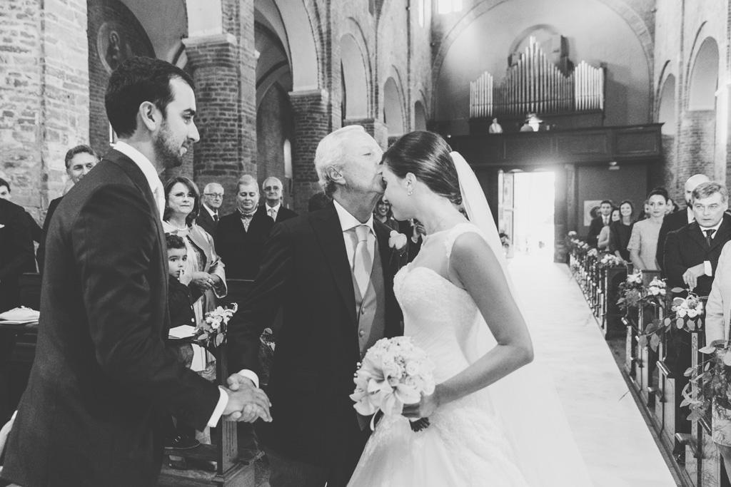 Il padre bacia Silvia sulla fronte
