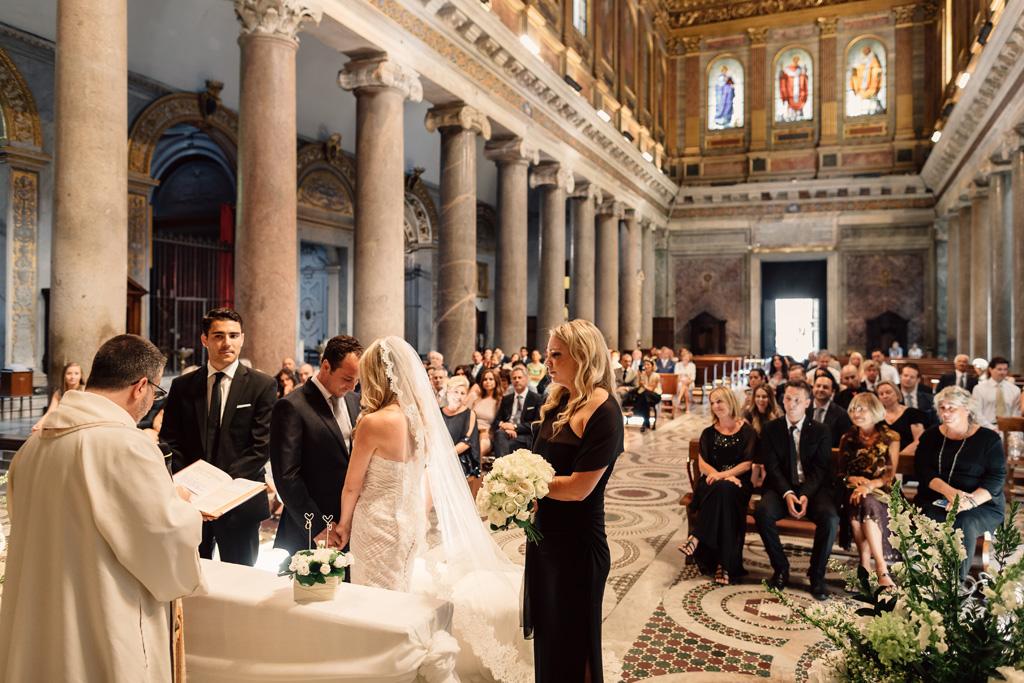 Emmanuele e Brittney abbassano lo sguardo timidamente durante la cerimonia di matrimonio