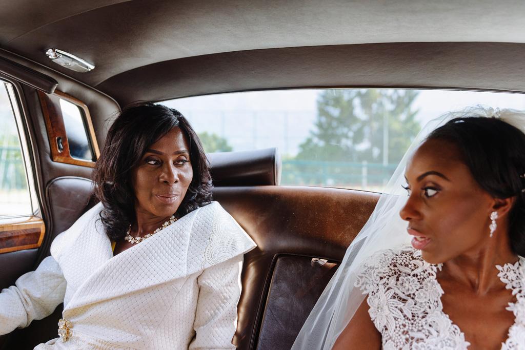 La sposa si confronta con la madre durante il viaggio verso la Chiesa di Sant'Abbondio