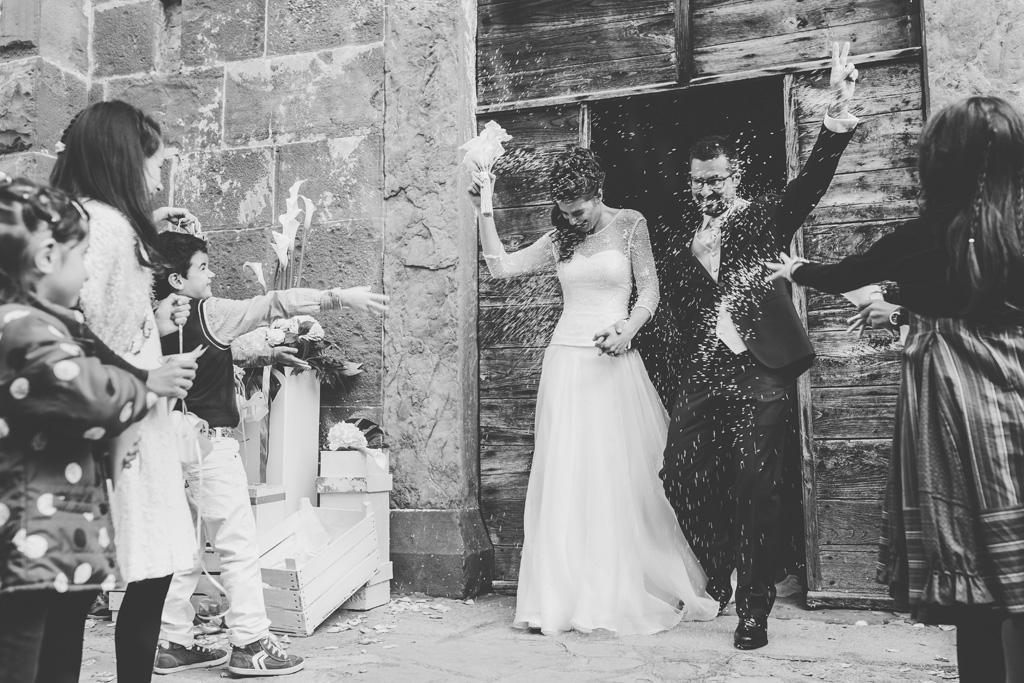 Davide e Arianna sono accolti all'uscita dalla chiesa da una cascata di riso