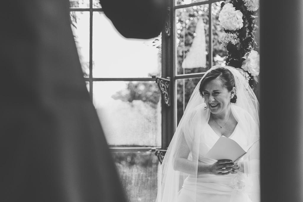 La sposa Daniela sorride raggiante in un momento rubato da Alessandro Della Savia, fotografo Milano