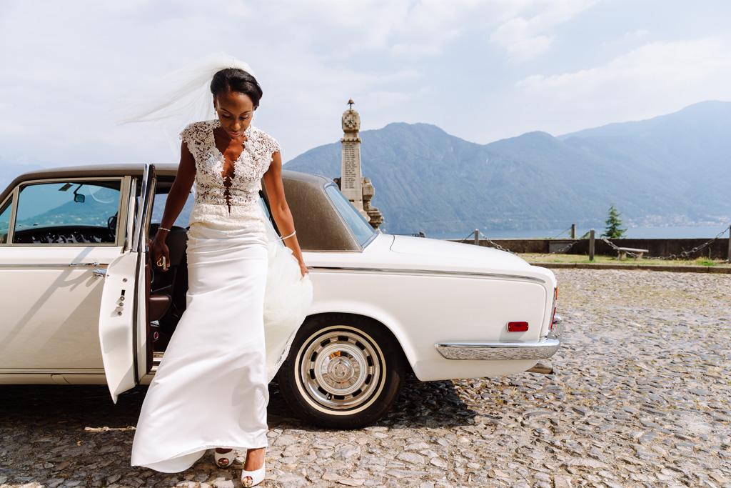 Ayesha scende dalla Rolls Royce