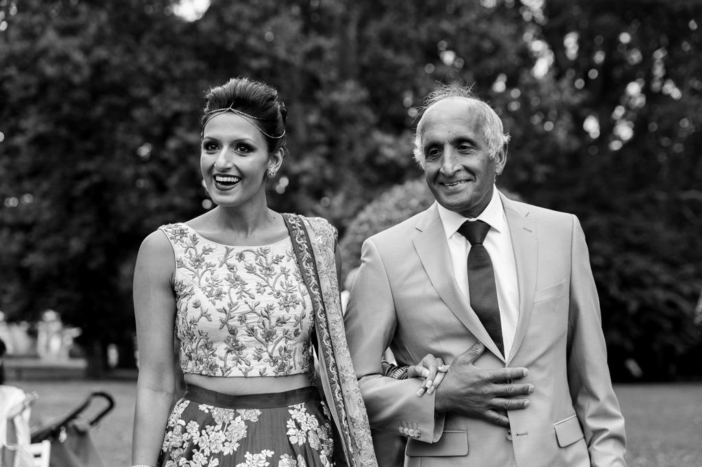 Il padre e la sposa sorridono dolcemente agli invitati