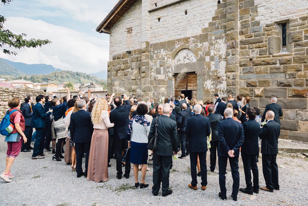 I partecipanti alla cerimonia lanciano il riso agli sposi