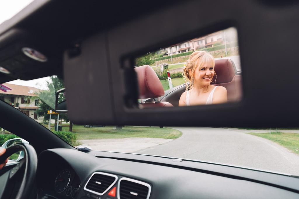 La sposa è ritratta sullo specchietto della macchina
