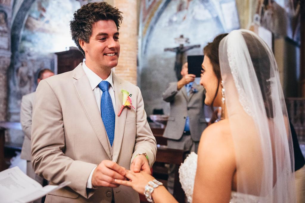 Lo sposo indossa la fede nunziale alla sposa