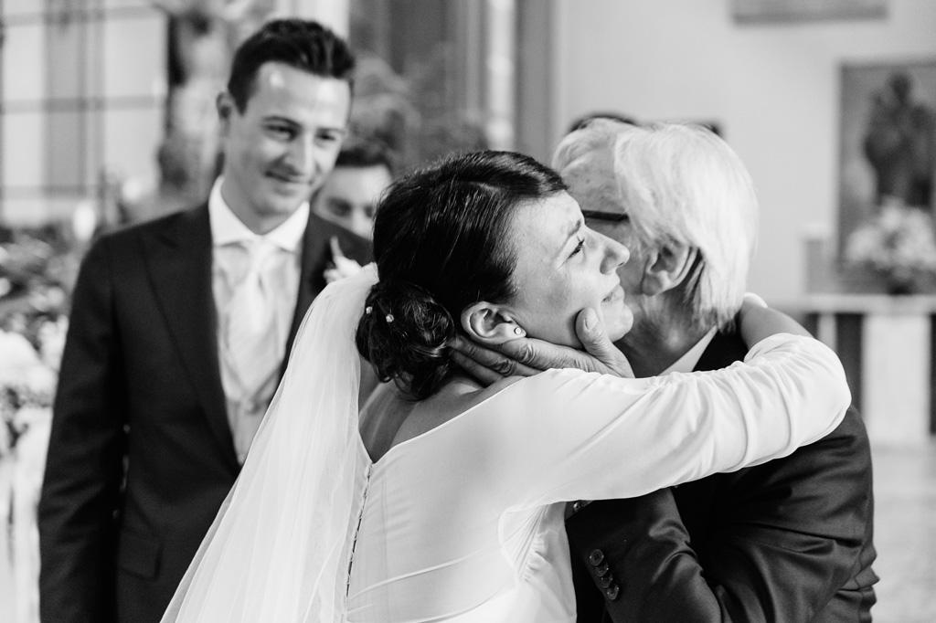 Il padre abbraccia la figlia Alice prima di unirsi in matrimonio con il suo futuro marito