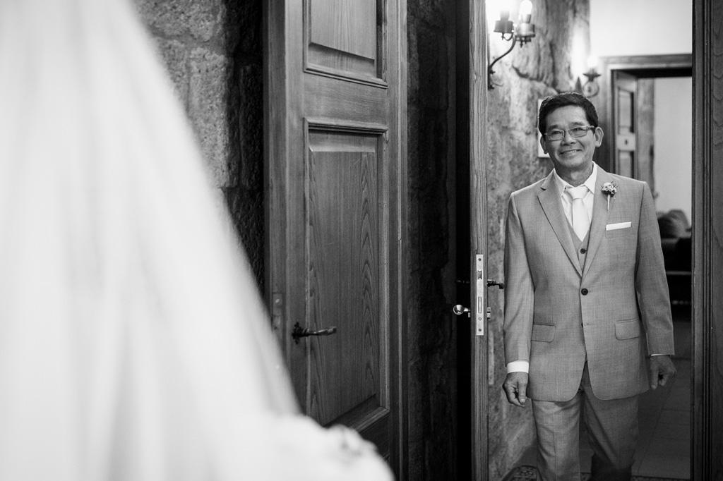 Il padre della sposa osserva emozionato la figlia