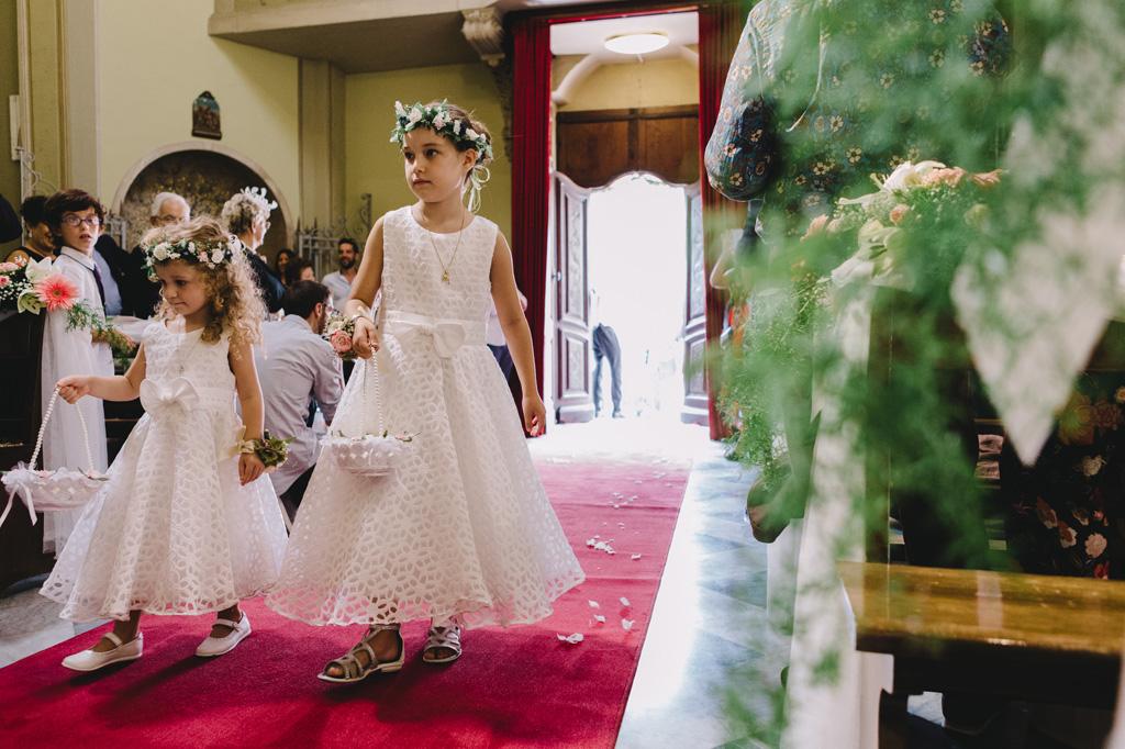 Due bambine versano petali lungo il corridoio della chiesa a Sanremo