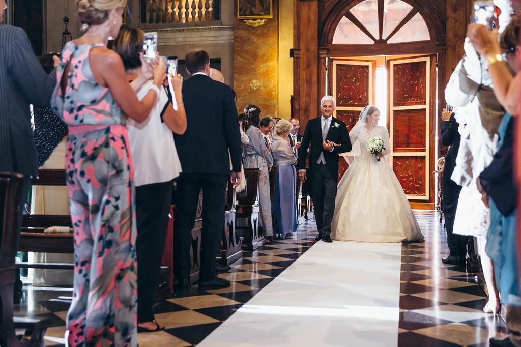 La sposa finalmente attraversa la navata in compagnia del padre