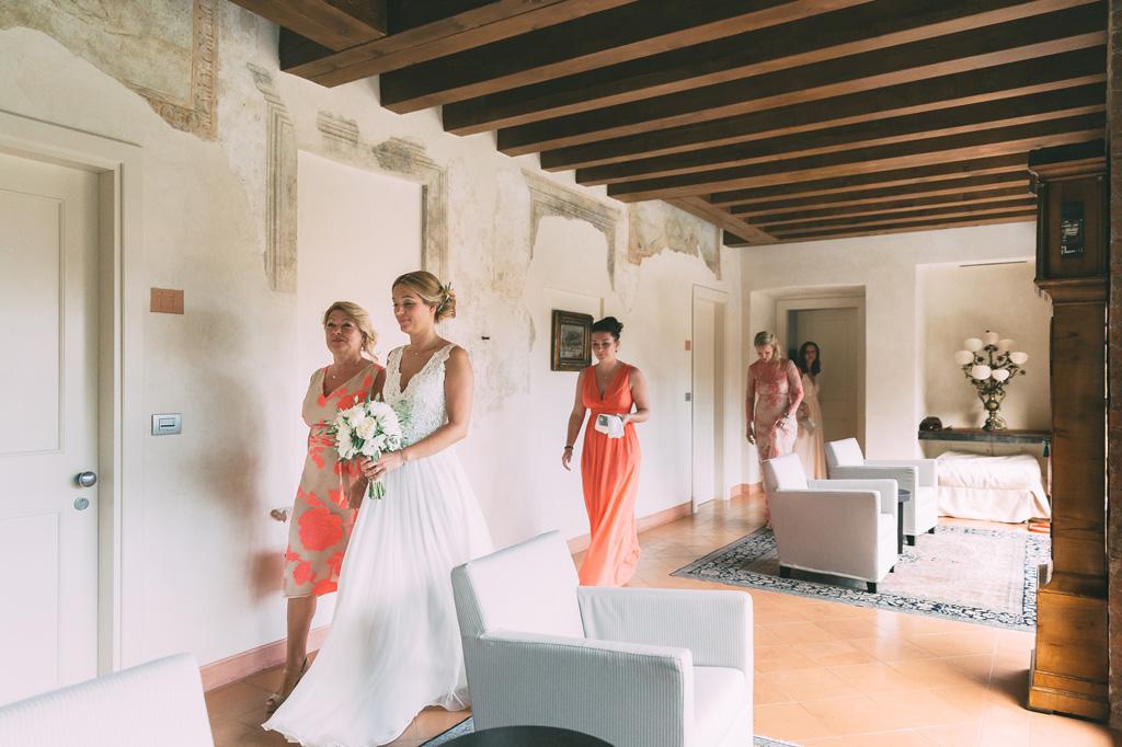 Le damigelle accompagnano la sposa alla cerimonia