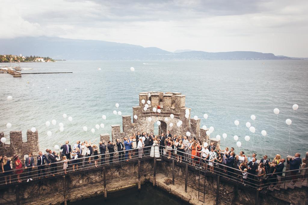 Tutti i partecipanti al matrimonio lasciano andare in cielo numerosi palloncini presso Torre San Marco