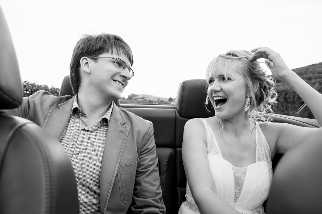 La sposa ride e scherza in macchina durante il viaggio destinazione per la cerimonia