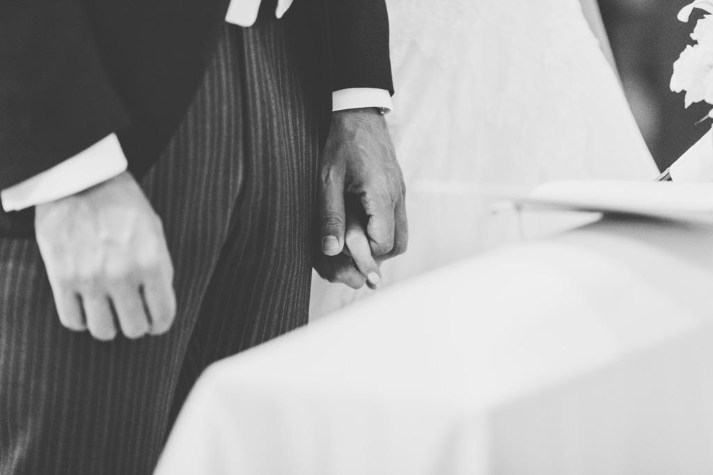 I due sposi si stringono le mani durante la cerimonia di matrimonio