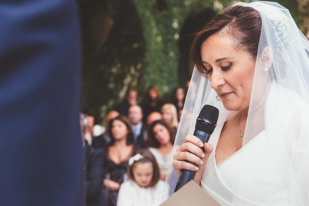 Daniela legge una dedica allo sposo