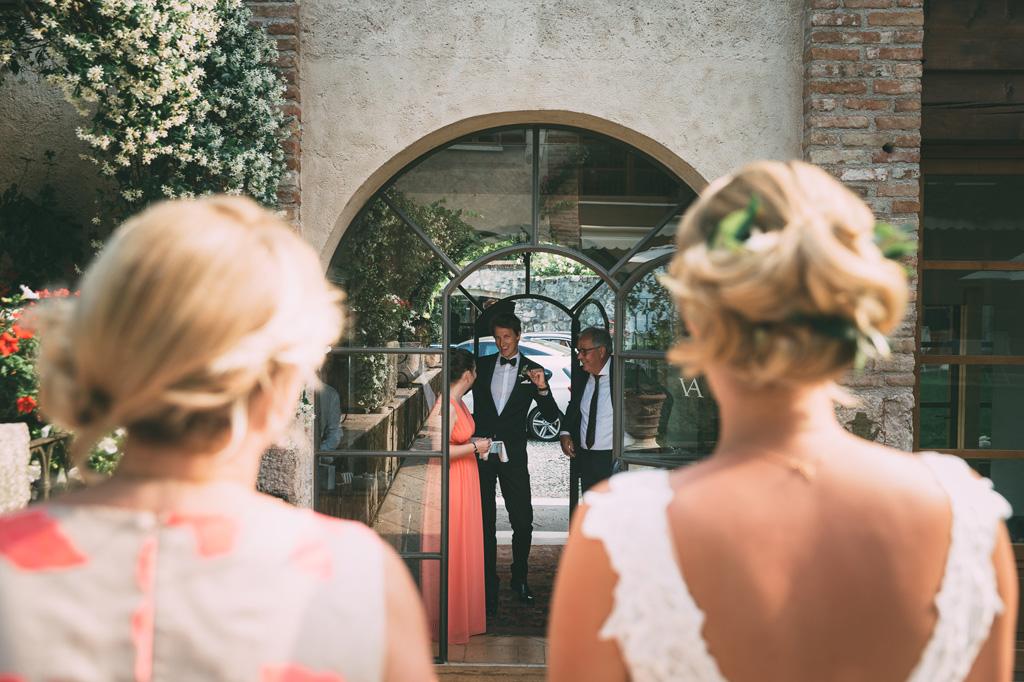 La sposa attende di entrare per celebrare la cerimonia