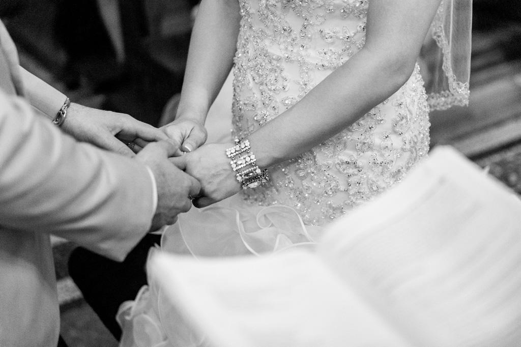 Gli sposi si stringono le mani durante la celebrazione di matrimonio