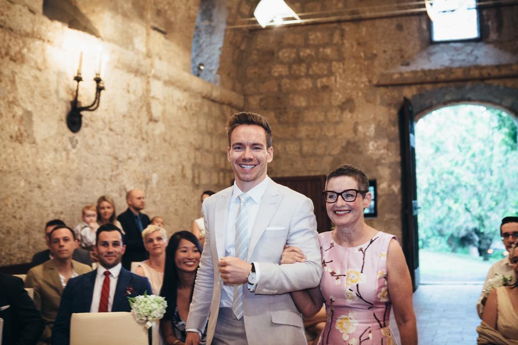 Lo sposo raggiunge l'altare accompagnato dalla madre