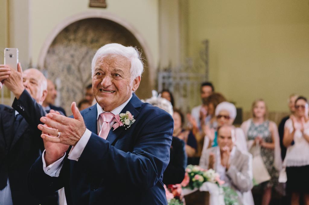 Gli sposi applaudono entusiasti l'arrivo della sposa