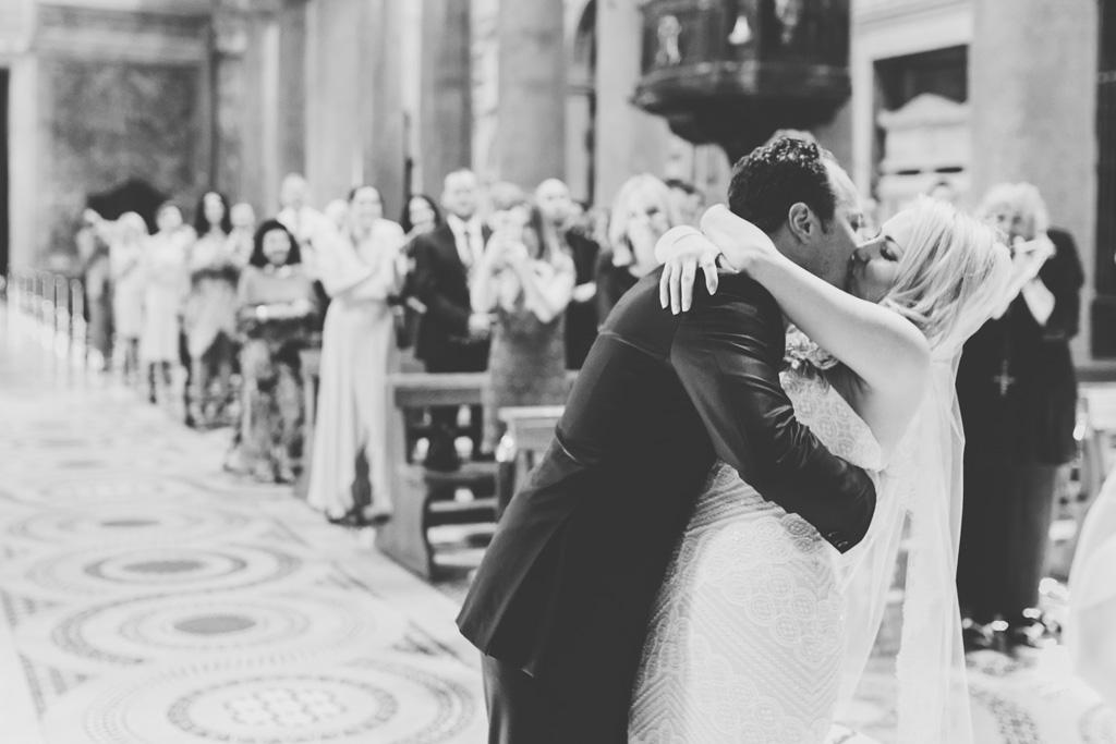 Emmanuel e Brittney si scambiano un bacio finalmente uniti in matrimonio
