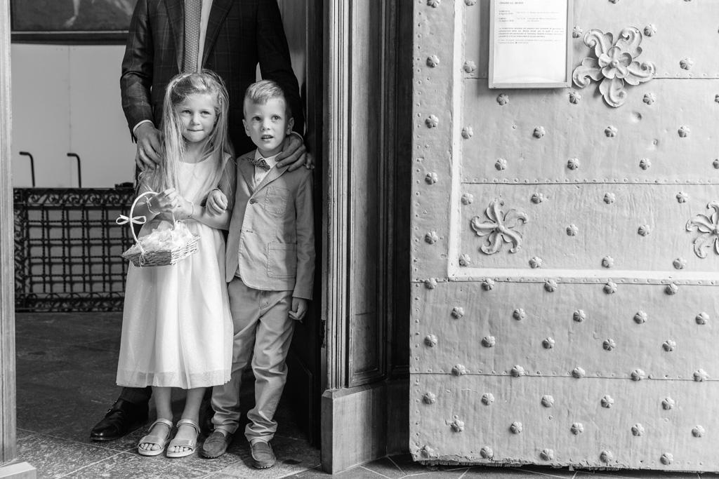 I bambini aspettano l'arrivo della sposa Ayesha