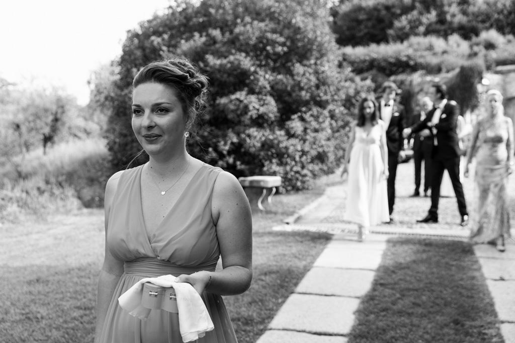 Una damigella custodisce le fedi nunziali degli sposi