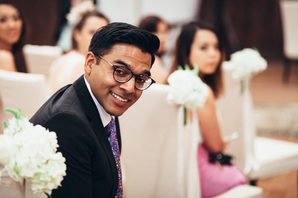Un'invitato osserva incuriosito l'arrivo della sposa