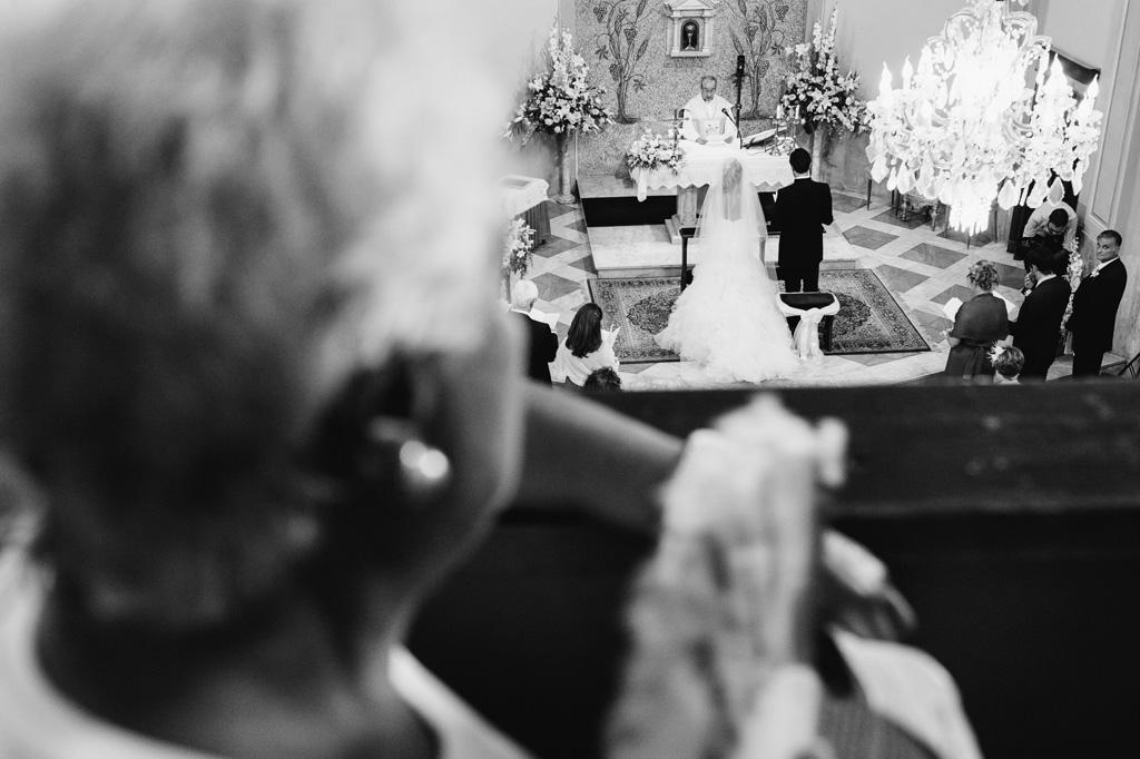 Gli ospiti osservano con attenzione lo svolgersi della cerimonia