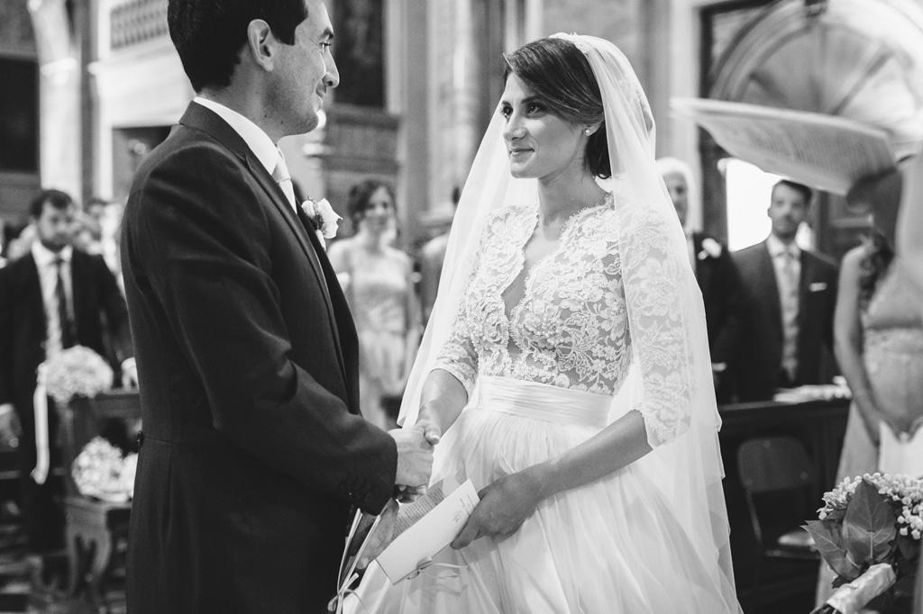 Lo sguardo intenso degli sposi, Beatrice e Riccardo, prima di celebrare la cerimonia