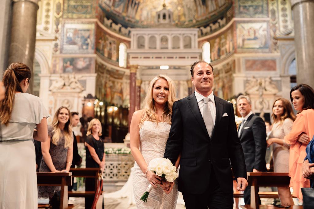 Emmanuel e Brittney attraversano il corridoio mano nella mano
