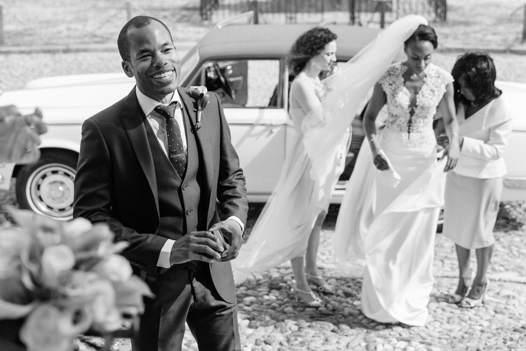La sposa Ayesha scende dalla macchina accompagnata dalle damigelle