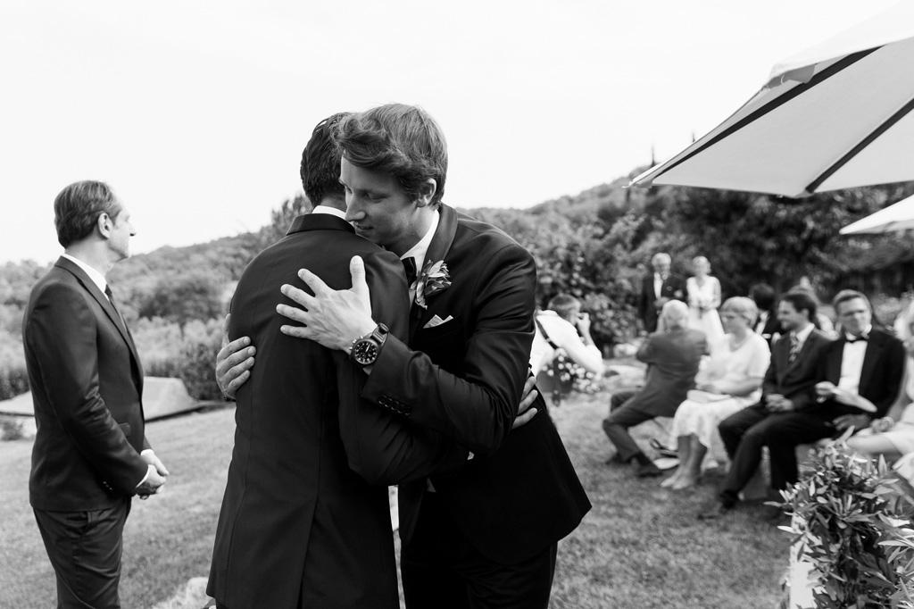 Gli ospiti abbracciano commossi lo sposo