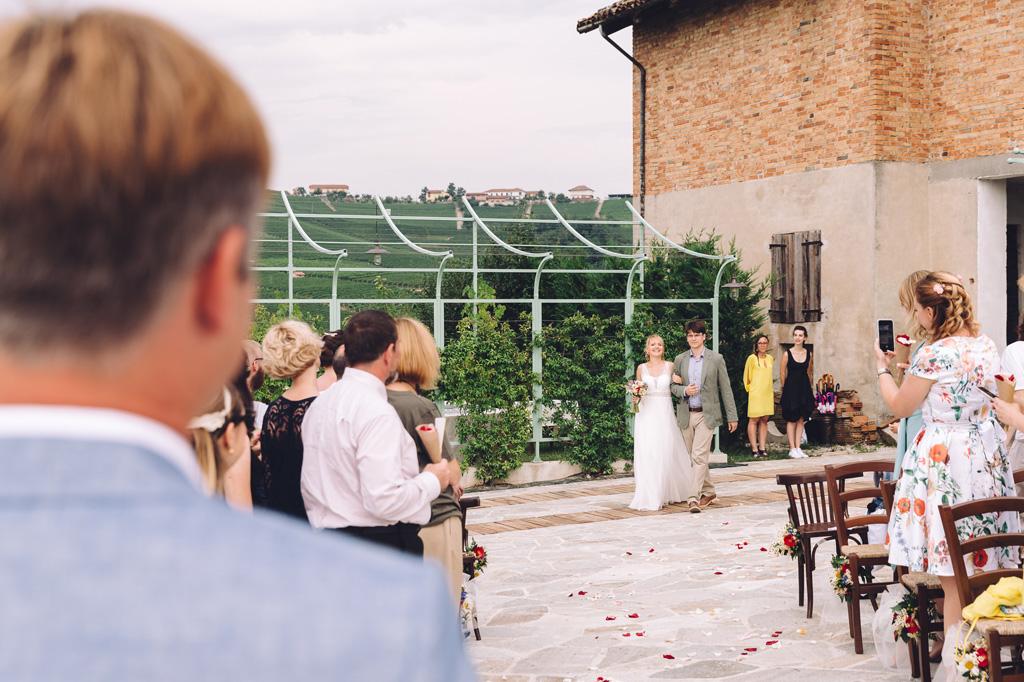 La sposa è accompagnata sino all'altare presso il lussuoso Relais Arborina di La Morra
