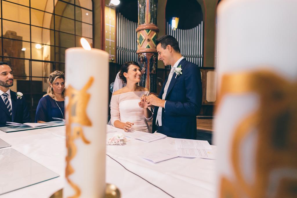 Gli sposi, Lorenzo e Alice, e le fedi nunziali durante la cerimonia raccontata dal fotografo Alessandro Della Savia