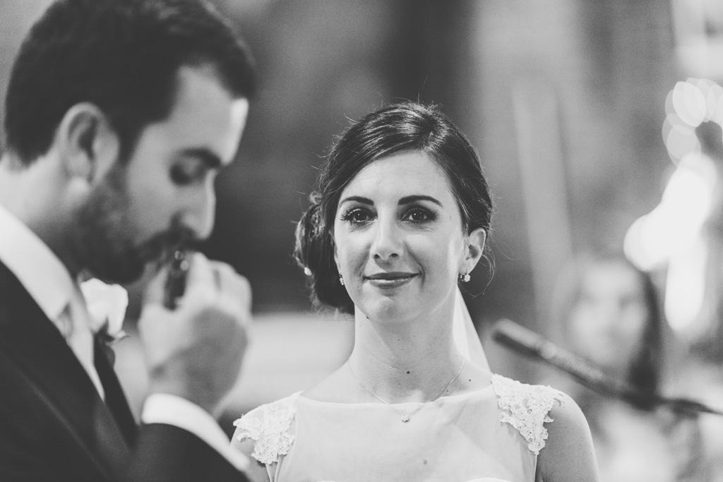 La sposa sorride serenamente durante la cerimonia