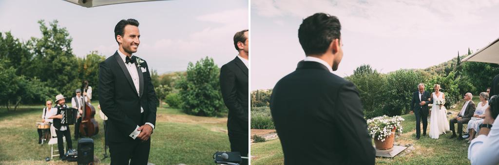 Lo sposo attende la sposa all'altare