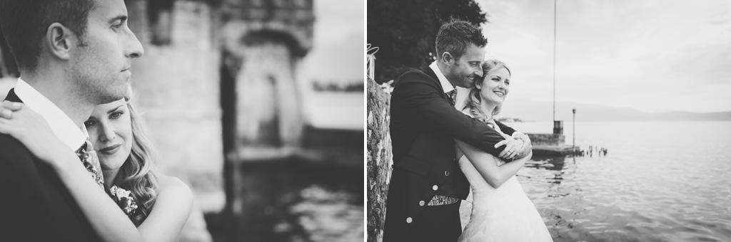 I due sposi si stringono dolcemente di fianco al Lago di Garda