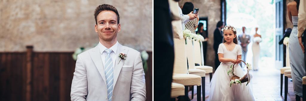 Lo sposo attende sorridente l'arrivo della sposa