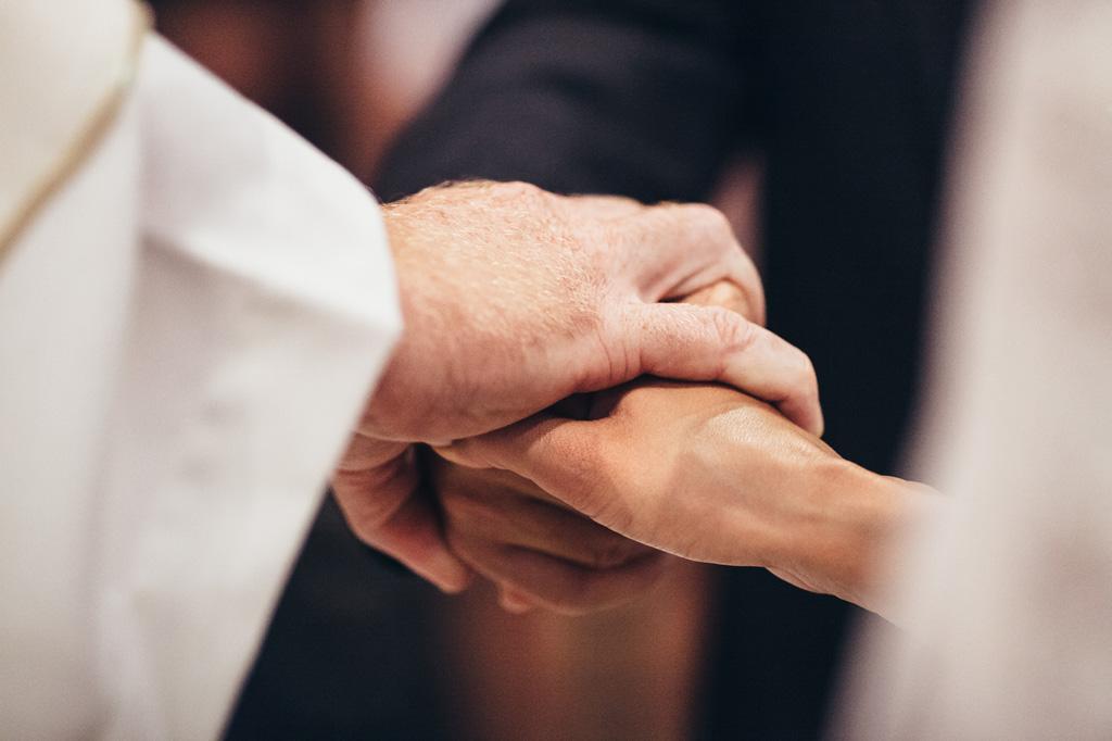 Il prete unisce in matrimonio i due sposi innamorati