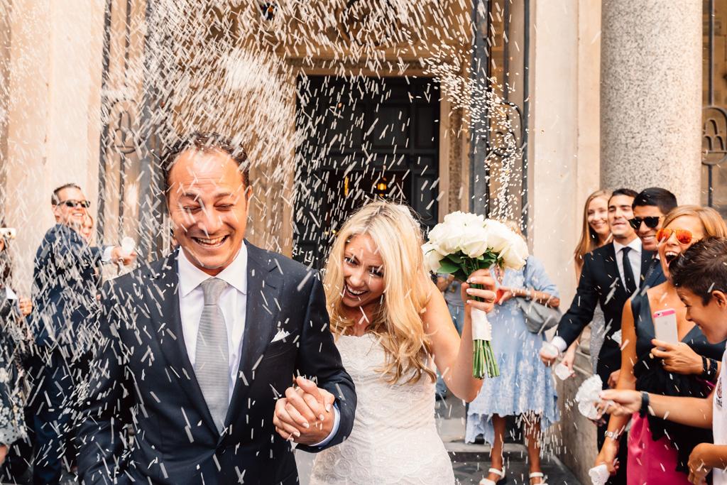 Emmanuele e Brittney sono accolti con manciate di riso dopo la cerimonia di matrimonio