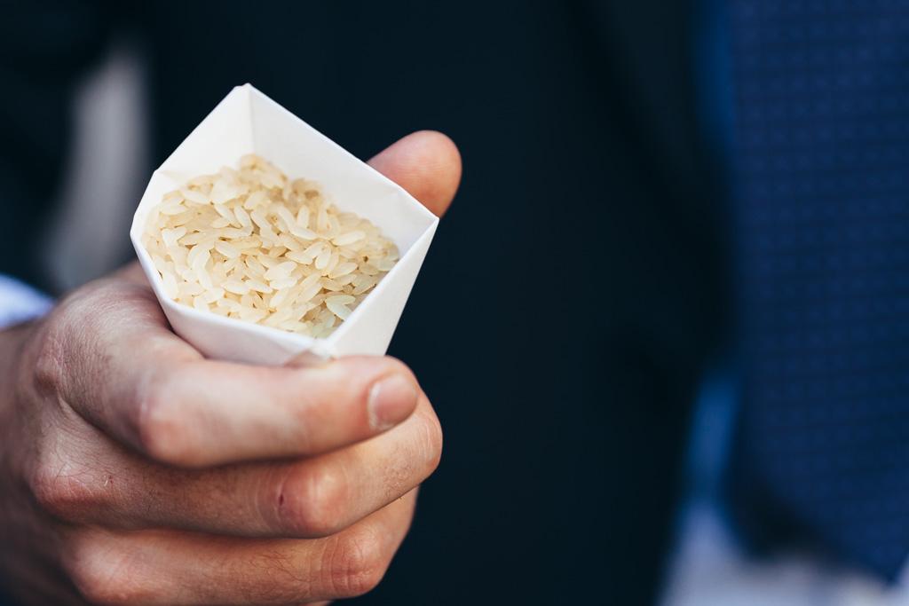 Gli invitati sono pronti a lanciare manciate di riso per gli sposi