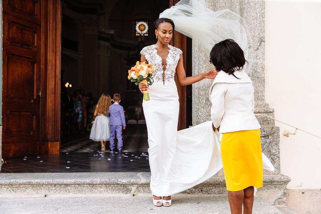 La sposa Ayesha si prepara a entrare in chiesa di Sant'Abbondio