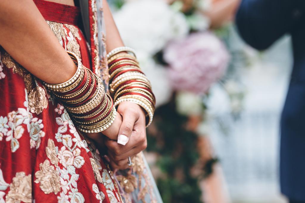 Un dettaglio dei braccialetti indossati dalla sposa