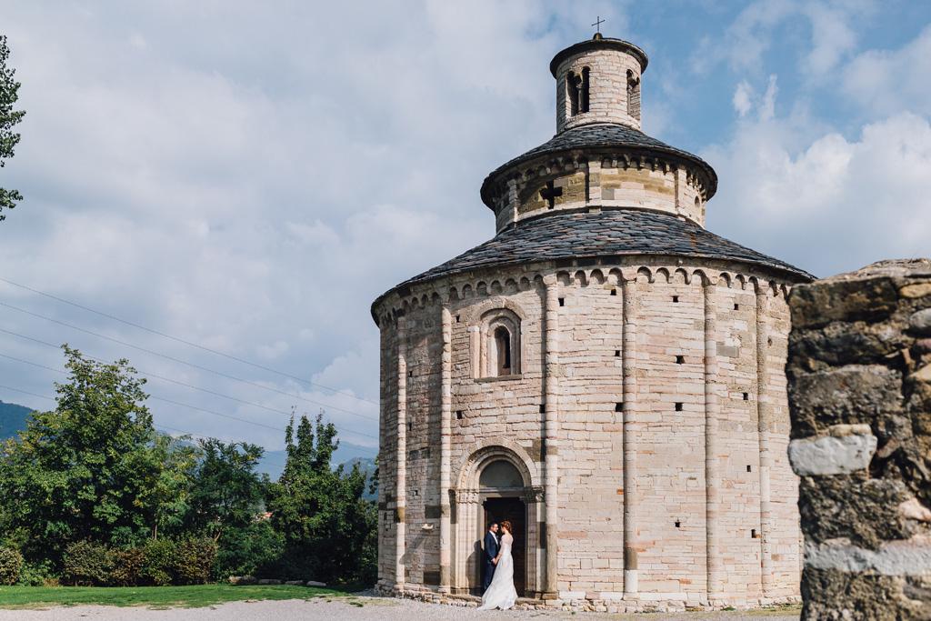 Gli sposi Davide e Eleonora posano nei pressi di una chiesa per Della Savia Alessandro, fotografo Milano