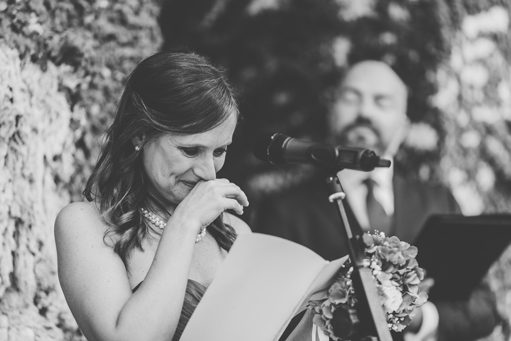 La sposa si commuove mentre legge la dedica allo sposo