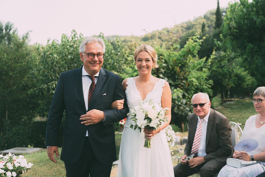 La sposa raggiunge lo sposo accompagnata dal padre
