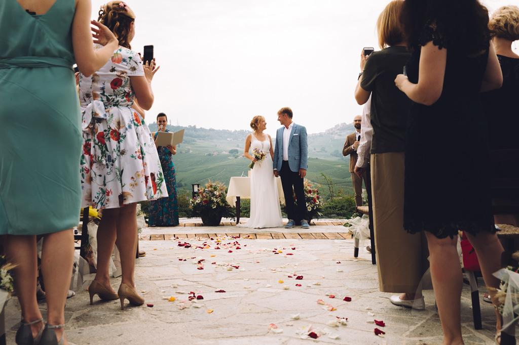 La sposa lancia una occhiata d'intesa con il padre