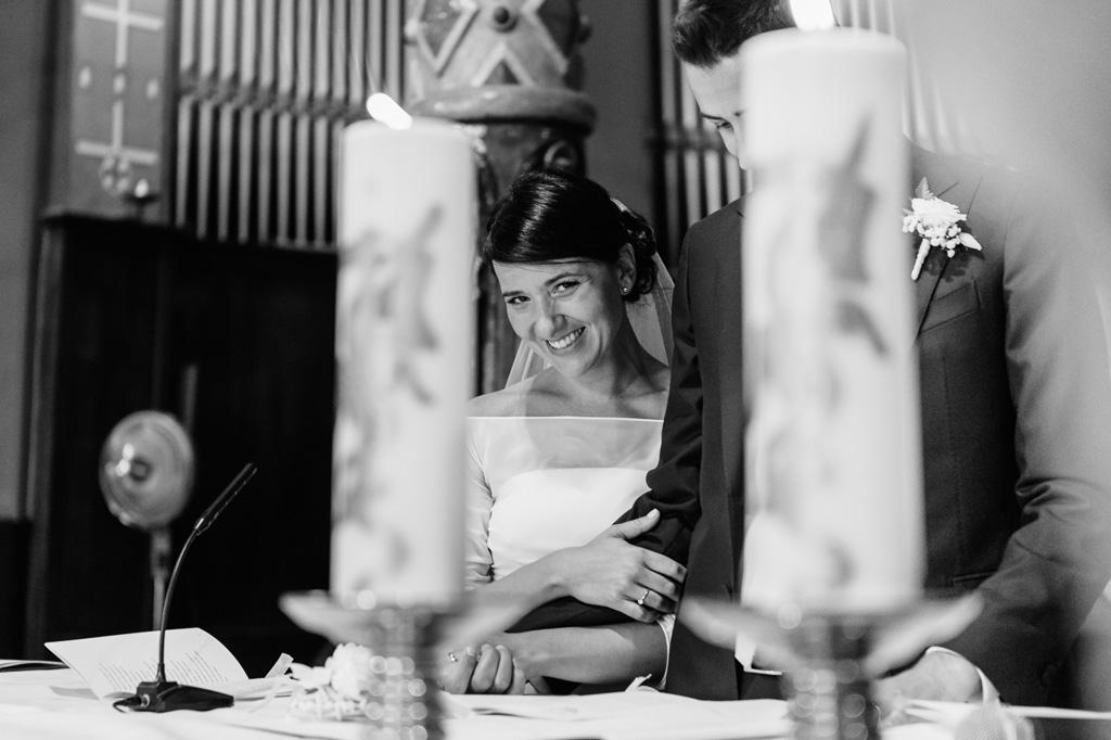 La sposa è avvinghiata sorridente al suo futuro marito