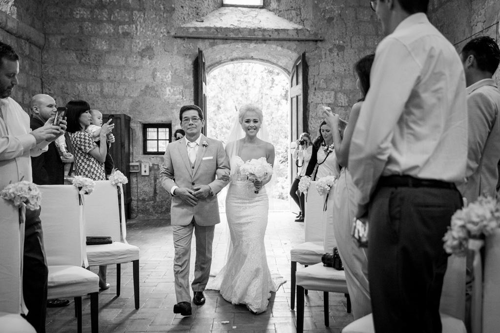 La sposa è accompagnata dal padre sino all'altare